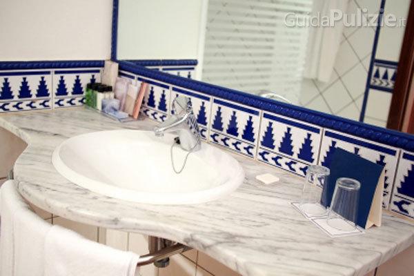 Come evitare che si formi la muffa in bagno - Muffa bagno candeggina ...