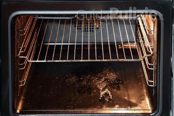 Come pulire un forno incrostato? - GuidaPulizie.it